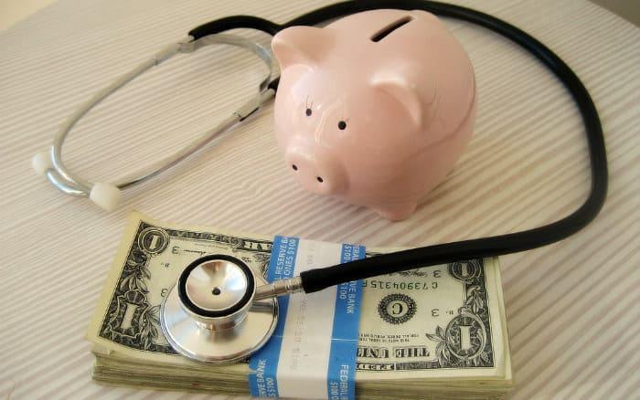 foto de cofre, instrumento médico e dinheiro ilustrando post sobre as novas normas para planos de saúde