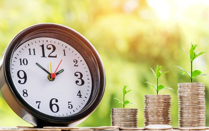 imagem de dinheiro e relógio ilustrando post sobre por que investir em previdência privada