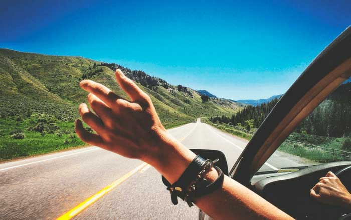 Imagem de veículo na estrada para ilustrar post sobre dicas para fazer intercâmbio