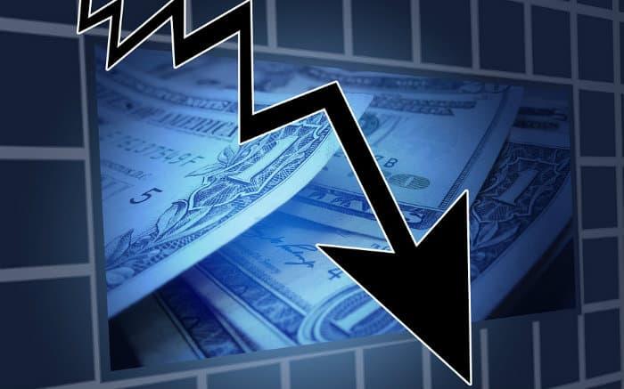 Imagem de dinheiro e gráfico ilustrando texto sobre empréstimo com juros baixos