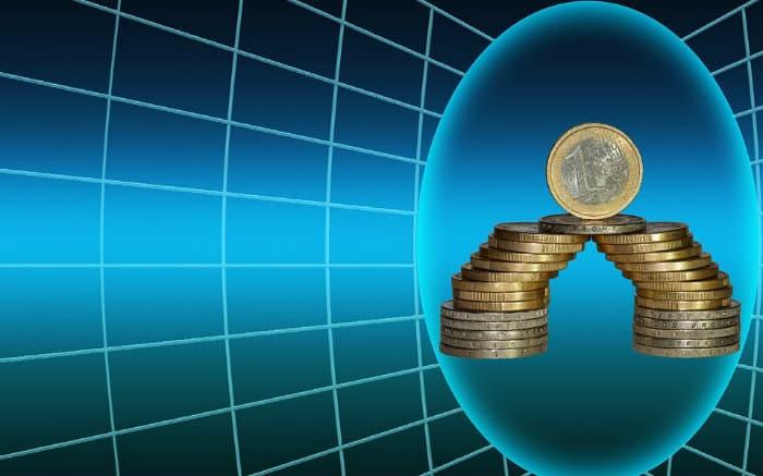 Ilustração de moedas e gráficos para ilustrar texto sobre seguro garantia para médias empresas