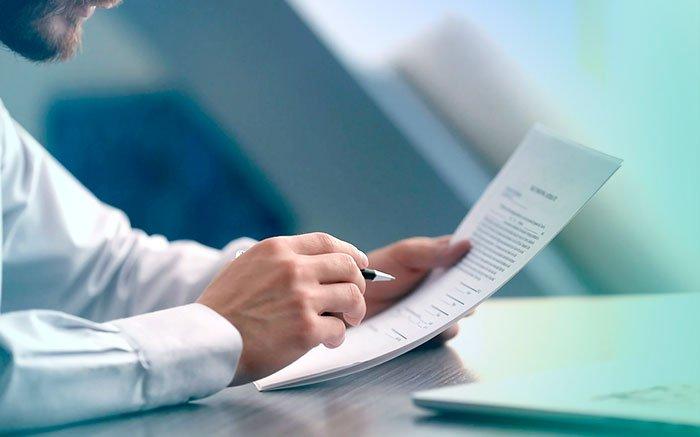 Foto de pessoa com contrato na mão para ilustrar texto sobre plano de saúde com cnpj