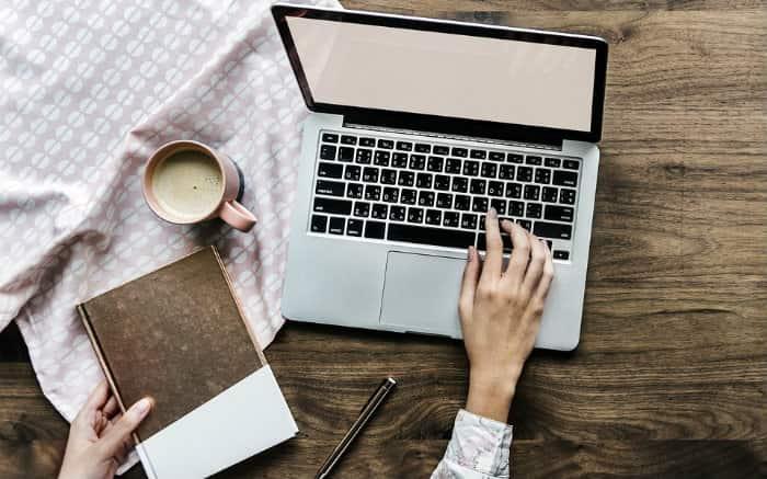 Imagem de pessoa no computador para ilustrar texto sobre reembolso One Health