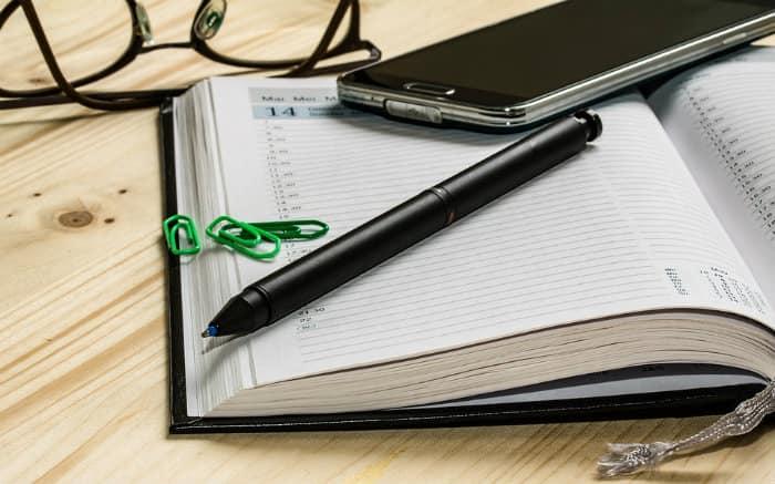 Imagem de uma agenda e caneta para ilustrar texto sobre prazo para atendimento nos planos de saúde