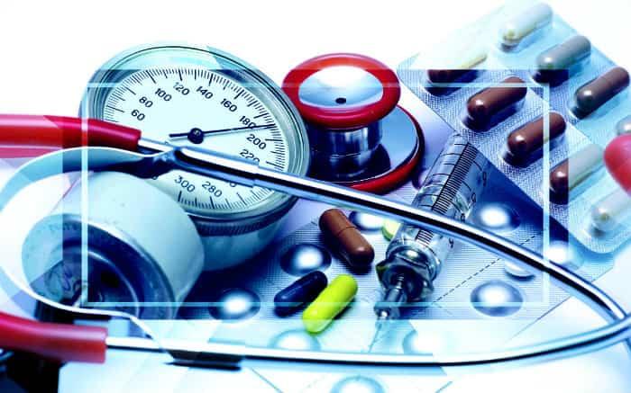 Imagem de equipamentos médicos e remédios para ilustrar texto sobre o plano Amil 300