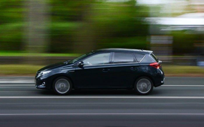 Imagem de carro na estrada para ilustrar texto sobre o que é o sensor de rotação