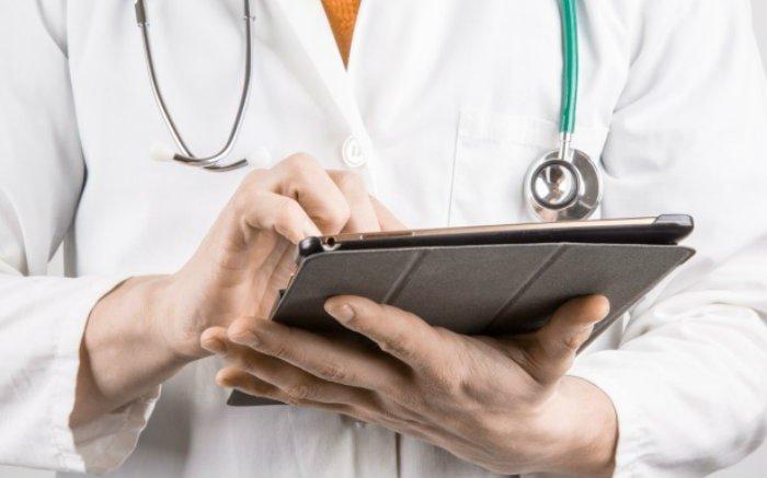 Imagem de médica para ilustrar texto sobre plano de saúde para lojistas e plano de saúde com hospital próprio e plano de saúde cobre fertilização in vitro