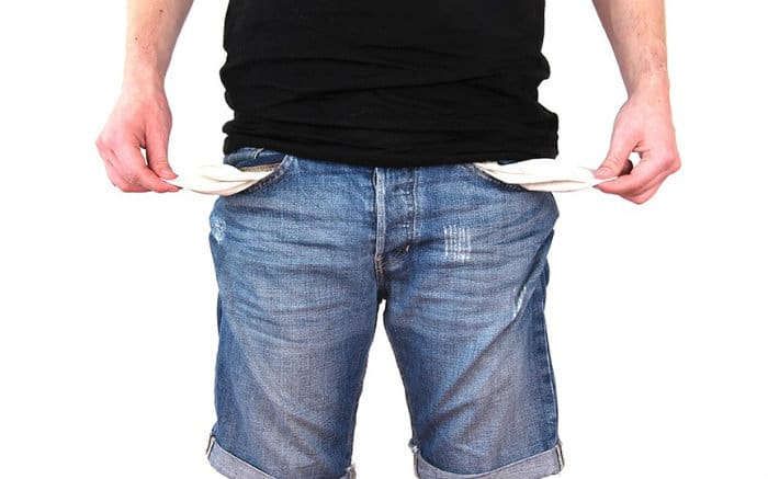 foto de pessoa com bolso vazio para ilustrar texto sobre como não entrar no cheque especial