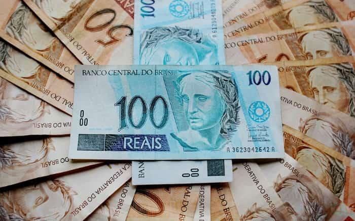 Imagem de dinheiro para texto sobre como conseguir dinheiro rápido e com juros baixos.