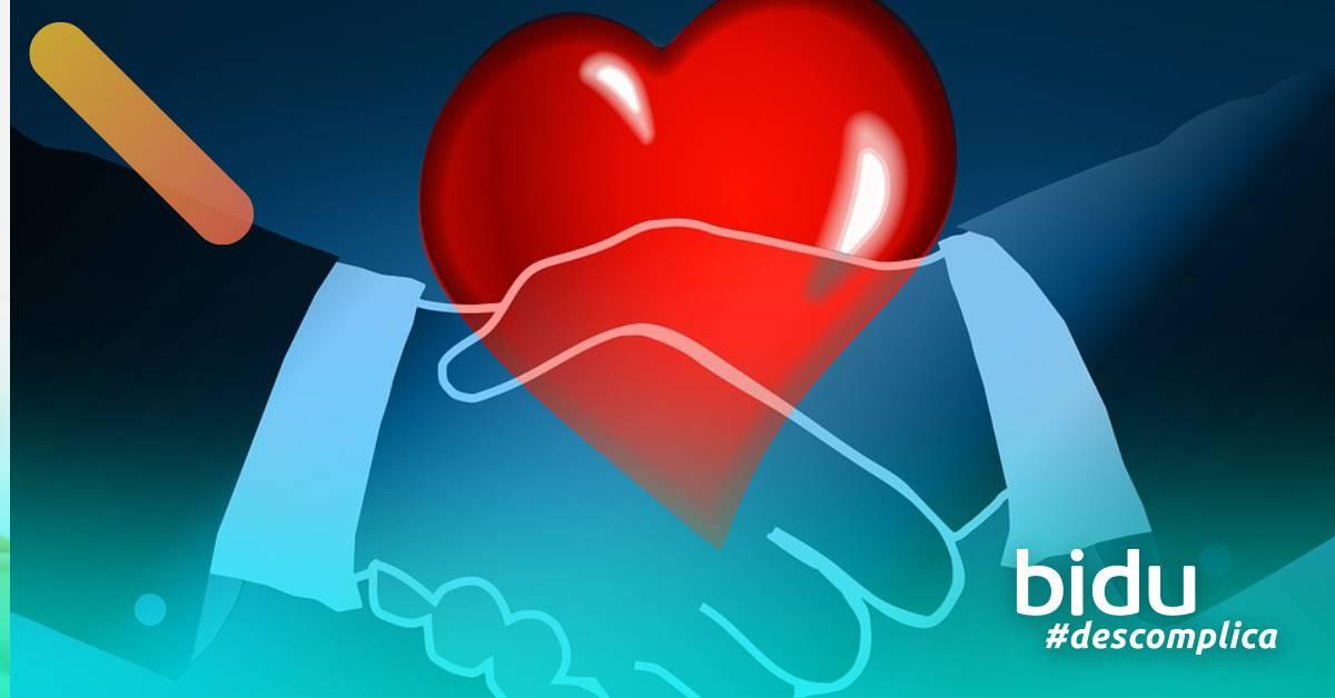 desenho de coração e maos dadas para texto sobre mudar de plano de saúde e plano de saúde com carência zero