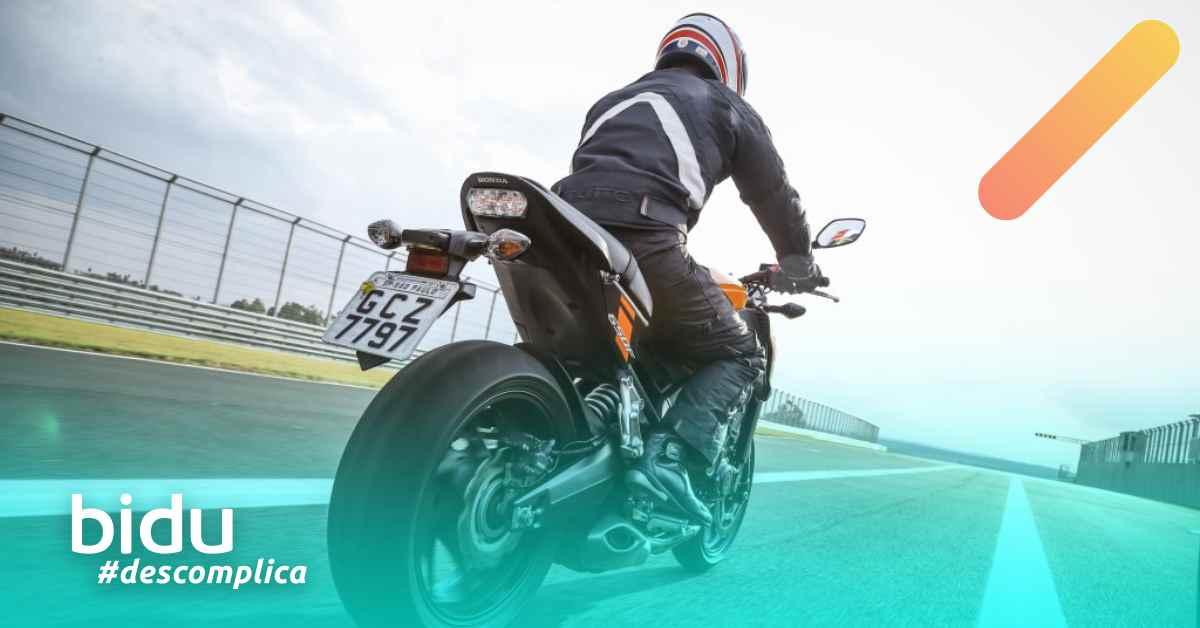 imagem de duas motos com a legenda: seguro de moto vale a pena?
