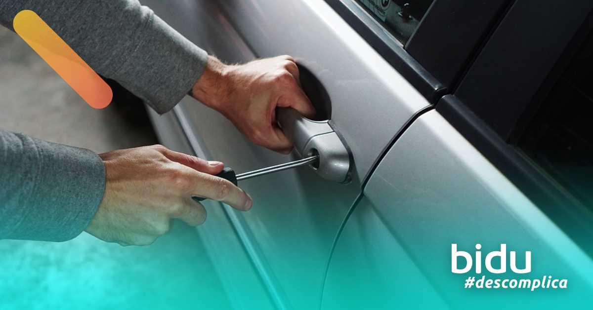 Imagem de ladrão tentando rouar carro para texto sobre como proteger o carro